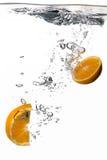 Acqua sana con le arance fresche. Spruzzata isolata su bianco immagine stock libera da diritti