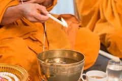 Acqua santa, i monaci e rituali religiosi nella cerimonia tailandese Fotografie Stock Libere da Diritti