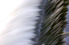 Acqua scorrente veloce sopra il lavoriere   Fotografia Stock Libera da Diritti