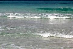 Acqua sopra la sabbia in spiaggia tropicale come fondo Fotografia Stock Libera da Diritti