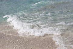 Acqua sopra la sabbia in spiaggia tropicale come fondo Immagine Stock Libera da Diritti
