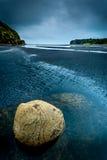 Acqua su una spiaggia in Nuova Zelanda Fotografie Stock Libere da Diritti