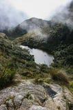 Acqua tranquilla di un lago nelle montagne Immagine Stock Libera da Diritti