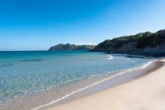 Acqua trasparente in spiaggia di Cala Monte Turno Sardinia fotografia stock libera da diritti