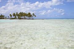 Acqua tropicale di translucide e dell'isola Fotografia Stock Libera da Diritti