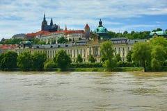Acqua unita nel giugno 2013 a Praga, castello, Moldau, la Moldava, repubblica Ceca Fotografia Stock