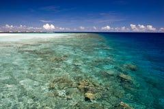 Acqua variopinta dell'oceano con la barriera corallina Immagini Stock Libere da Diritti