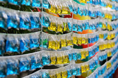 Acqua variopinta gialla e blu nel sacchetto di plastica Fotografia Stock