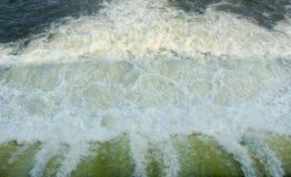 Acqua veloce dal fondo di struttura dell'otturatore della diga con le bolle fotografia stock libera da diritti