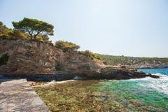 Acqua verde e blu sulla costa della spiaggia, una località di soggiorno per nuotare immagine stock libera da diritti