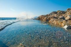 Acqua verde e blu sulla costa della spiaggia, una località di soggiorno per nuotare fotografia stock