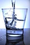 Acqua versata in vetro. Libero Fotografie Stock Libere da Diritti