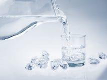Acqua in vetro con ghiaccio Fotografie Stock Libere da Diritti