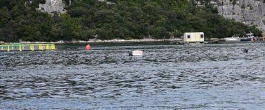 Acquario per produzione del pesce nel mare Immagini Stock Libere da Diritti