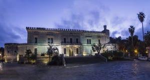 Acquaviva del castillo de Nardo por noche Imagenes de archivo