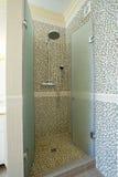 Acquazzone coperto di tegoli della stanza da bagno Immagini Stock