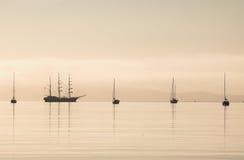 Acque alte di calma della siluetta della nave Fotografie Stock