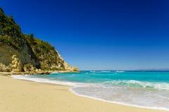 Acque blu del mare ionico, vicino ad Agios Nikitas, Leucade fotografia stock libera da diritti
