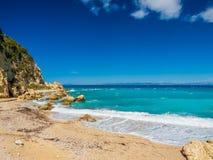 Acque blu del mare ionico, vicino ad Agios Nikitas, Leucade fotografie stock libere da diritti