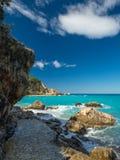 Acque blu del mare ionico, vicino ad Agios Nikitas, Leucade fotografia stock
