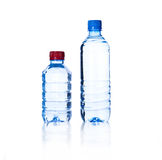 Acque in bottiglia due sopra una priorità bassa bianca immagini stock libere da diritti