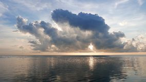 Acque calme dei timelaps di alba di Dumaguete video d archivio