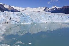Acque calme sotto un fronte glaciale Fotografia Stock