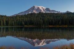 Acque calme in specchio il monte Rainier del lago reflection fotografie stock libere da diritti