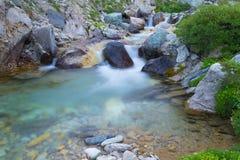 Acque correnti selvagge nelle alpi, esposizione lunga, fine su Fotografie Stock Libere da Diritti