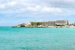 Acque dell'oceano del blu di turchese con le costruzioni di appartamento dell'hotel fotografia stock libera da diritti