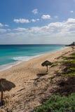 Acque di Aqua Caribbean e la spiaggia con gli ombrelli naturali dell'ombra immagini stock libere da diritti