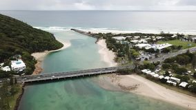 Acque di Burleigh di vista aerea, la Gold Coast Australia stock footage