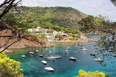 Acque di cristallo vicino alla bei spiaggia e villaggio di Fornells, mar Mediterraneo, Catalogna, Spagna Fotografia Stock