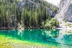 Acque di Esmerald del lago Grassi immagine stock libera da diritti