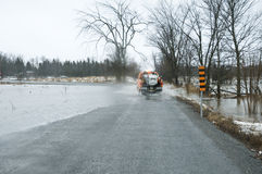 Acque di inondazione sopra la carreggiata che segue le pioggie persistenti Fotografia Stock