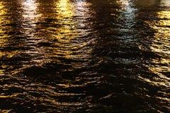 Acque di notte della Senna fotografia stock