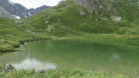 Acque di verde del lago mountain Una valle di 7 laghi Montagne di Altai, Russia stock footage