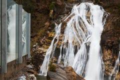 Acque di volo della cascata in cattivo Gastein, Austria Fotografia Stock Libera da Diritti