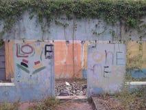 Acque disturbate Costruzioni abbandonate vie calde Fotografia Stock Libera da Diritti