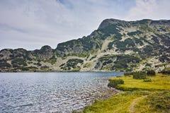 Acque pulite del lago Popovo, Pirin, Bulgaria immagine stock