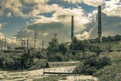 Acque reflue dalle sostanze di inquinamento della centrale elettrica che entrano nel fiume naturale immagini stock