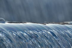 Acque scorrenti della cascata alla luce solare di pomeriggio Fotografie Stock Libere da Diritti