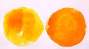 Acquerello rotondo giallo ed arancio dell'estratto del cerchio sulla parte posteriore di bianco Immagine Stock