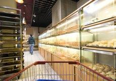 Acquistando al supermercato Immagini Stock