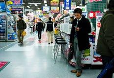 Acquistando nella città elettrica Tokyo di akihabara Immagini Stock