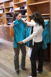 Acquistando per i vestiti Immagine Stock