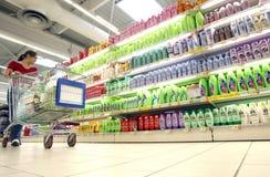 Acquistando per lo sciampo al supermercato Fotografia Stock Libera da Diritti