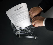 Acquistando un contratto intorno Fotografie Stock