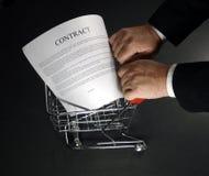 Acquistando un contratto intorno a 2 Fotografia Stock Libera da Diritti