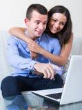 Acquisti di pianificazione familiare e di controllo prezzi online Immagine Stock Libera da Diritti